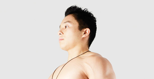 hombre sin playera de cabello negro corto corrige tu postura con estos ejercicios