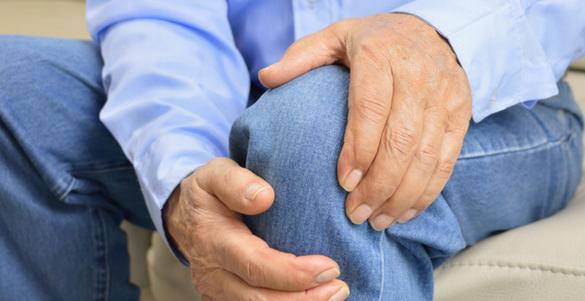adulo mayor hombre tocando su rodilla siendo esta uno de los sintomas de deshidratacion