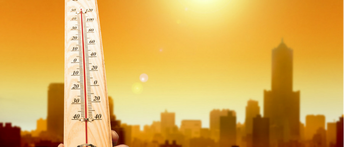 termometro con altas temperaturas y una ciudad acalorada consejos para protegerte del calor