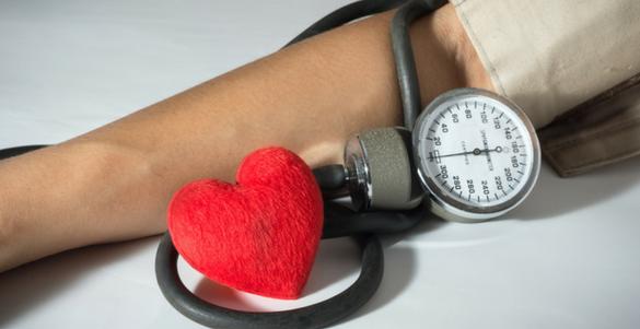 brazo de hombre corazon rojo y baumanometro mira remedios para mejorar la circulacion