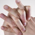 par de manos con dedos entrelazados mira las consecuencias de tronarse los dedos