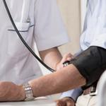 enfermera revisando la presion de su paciente para prevenir los mareos en adultos mayores