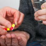 dos manos dando y otra recibiendolas con un vaso de agua asi es como prevenir el alzheimer