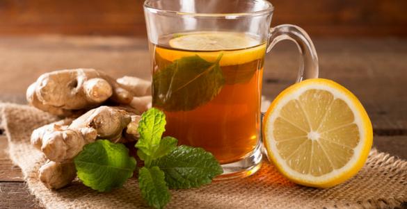taza con liquido limon y jengibre sobre mesa de madera usar jengibre no siempre es bueno