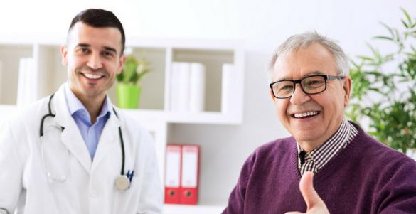 doctor y paciente adulto mayor ilustrando que son las visitas medicas domiciliarias