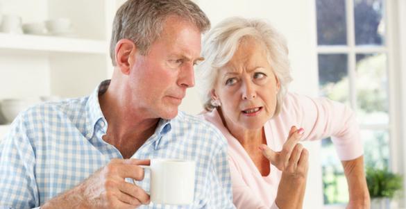 pareja de adultos mayores desayunando y discutiendo por el monto de su pension