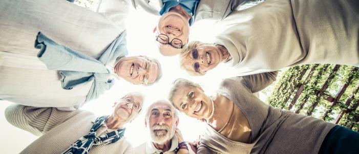 adultos mayores hombres y mujeres abrazados por el programa de pension para adultos mayores