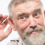 hombre mayor de barba canosa con mano en su oido lo que no puedes oir te puede lastimar