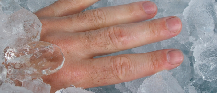 mano metida en hielo haciendo reacciona los mecanismos de defensa del cuerpo