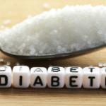 cuchara con azucar y palabra diabetes formada con cubos diferencia entre diabetes 1 y 2