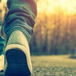 pies de un hombre con tenis caminando estos son los beneficios de caminar para el cerebro