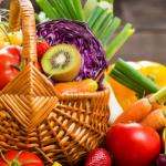 canasta tejida con frutas y verduras que son parte de alimentos que combaten la depresion