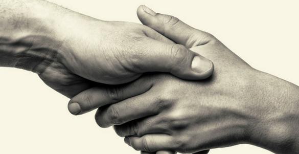 fotografia de un par de manos agarradas simbolizando que ayudar es saludable