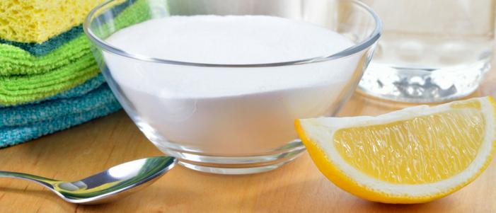 cuchara de metal limon y recipiente con bicarbonato de sodio razones para tomarlo en ayunas