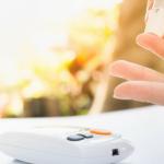 persona midiendo el azucar de su sangre recomendaciones para el cuidado de la diabetes
