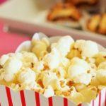 caja rojiblanca con palomitas de maiz uno de los alimentos que aumentan el riesgo de muerte