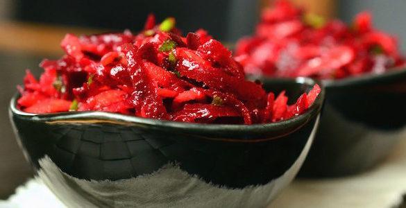 plato negro con alimento color rojo conoce los alimentos que puedes comer sin ganar peso