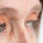 mujer con lineas de expresion en sus ojos debe usar Infusion de anis para eliminar arrugas
