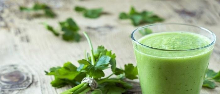 peregil sobre la mensa y bebida de color verde en vaso de vidrio que elimina grasa