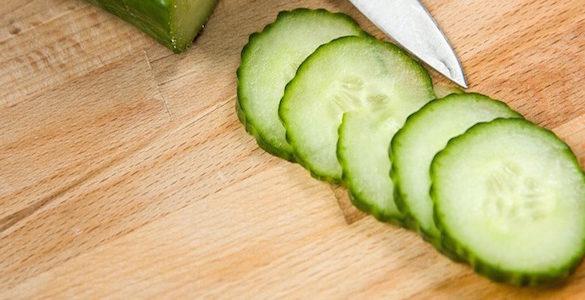 pepino cortado en rodajas sobre una mesa conoces los beneficios de comer pepino