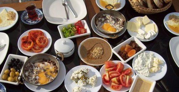 mesa con platos y diferentes tipos de alimentos que son desayunos saludables