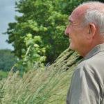 adulto mayor en campo con arboles pensando en habitos saludables para adultos mayores