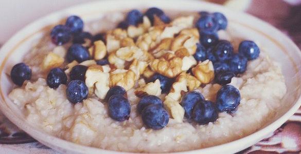 plato de avena con nuez y mora azul conoce los beneficios de la avena en adultos mayores