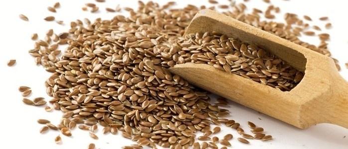 cuchara de madera con semillas de linaza conoce los cinco remedios para limpiar el colon