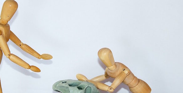 un par de munecos de madera ejemplificando la prevencion de caidas en adultos mayores