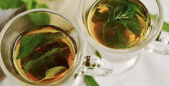 dos tes de tomillo servidos en tazas de cristal descubre los beneficios del te de tomillo