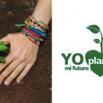 manos con pulseras plantado una planta verde se lee la leyenda yo planto mi futuro
