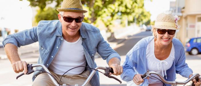 pareja de adultos mayores con sombrero y gafas en bicicleta lugares para visitar en cdmx