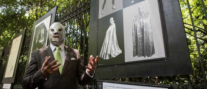 luchador mexicano el santo en su exposicion fotografica en las rejas de chapultepec