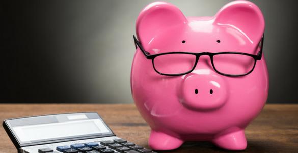 alcancia de cerdo color rosa con lentes y calculadora consejos para cuidar tus ingresos