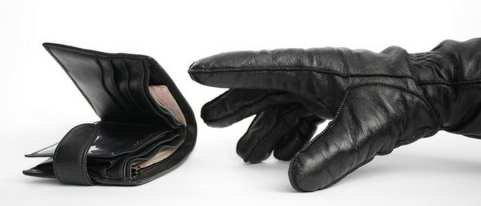 cartera negra con billetes y mano con guante negro que son los fraudes financieros