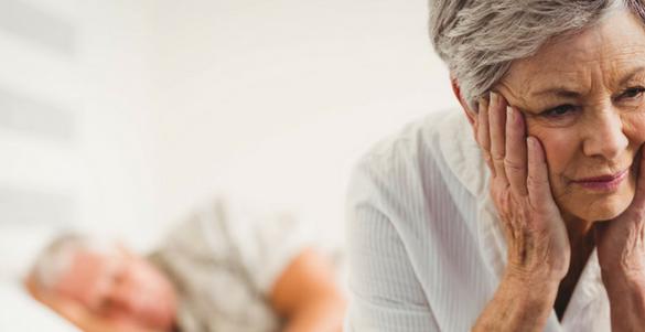 hombe recostado y mujer sentado de la tercera edad sufriendo porque el estres causa problemas gastrointestinales