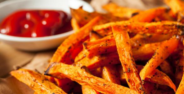papas fritas y catsup en plato blanco estos son alimentos para cargarse de carbohidratos