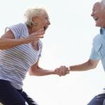 pareja de adultos mayores saltando ellos comocen las beneficios de saltar en trampolín