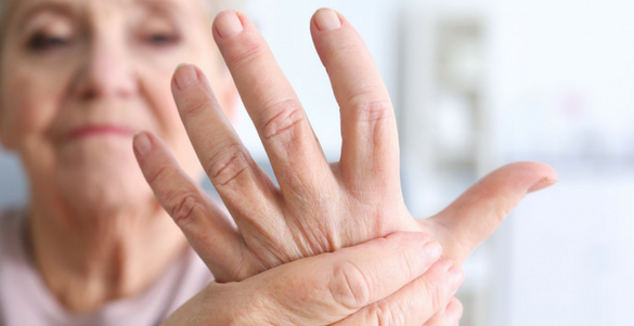 mujer mayor sobando su mano izquierda victima de artritis reumatoide en la tercera edad