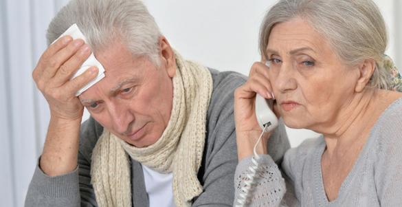 par de adultos mayores uno al telefono y otro con panuelo en la cabeza y bufanda en cuello