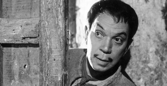 foto en blanco y negro del actor mexicano cantinflas en una de sus peliculas mexicanas