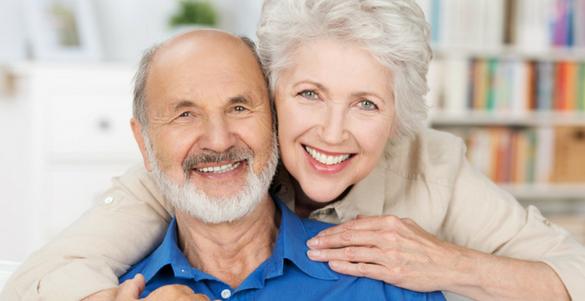 pareja de adultos mayores el con camisa azul y barba ella con camisa beige y pelo canoso