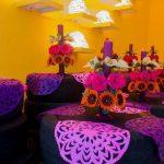 mesas hechas de llantas papel picado y flores de colores ofrenda de dia de muertos