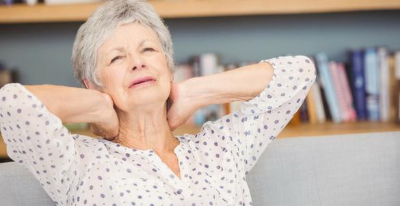 mujer de la tercera edad manos en cuello haciendo ejercicios para aliviar dolor de espalda