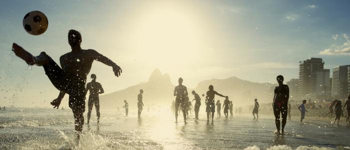 hombres jugando futbol con un balon en una playa cosas curiosas en los mundiales de futbol