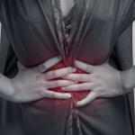 mujer con las manos en su vientre enrojecido conoce todo sobre el cancer de colon
