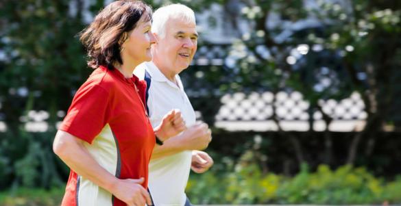 pareja de adultos corriendo por un parque con ropa deportiva reta a tu cuerpo