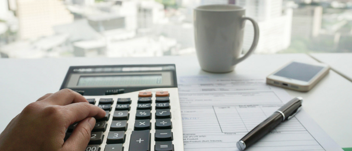 taza papales pluma celular papel y mano en calculadora para un presupuesto en tres pasos