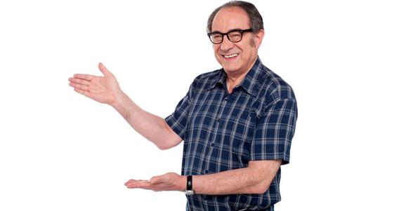 senor con camisa azul de cuadros y lentes con las manos senalando a la derecha