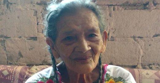 fotografia de mujer de noventa y cinco anos con trenzas en el cabello y blusa blanca